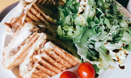 Sandwich cu ton, ou fiert si salata verde: rapid si delicios